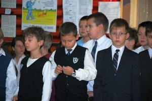 Młodzi dżentelmeni stosownie ubrani
