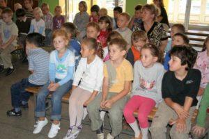 Uwaga i skupienie na twarzach uczniów klas I