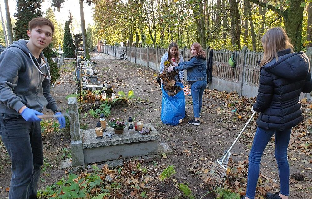 Szkolne Koło Caritas porządkuje zaniedbane groby